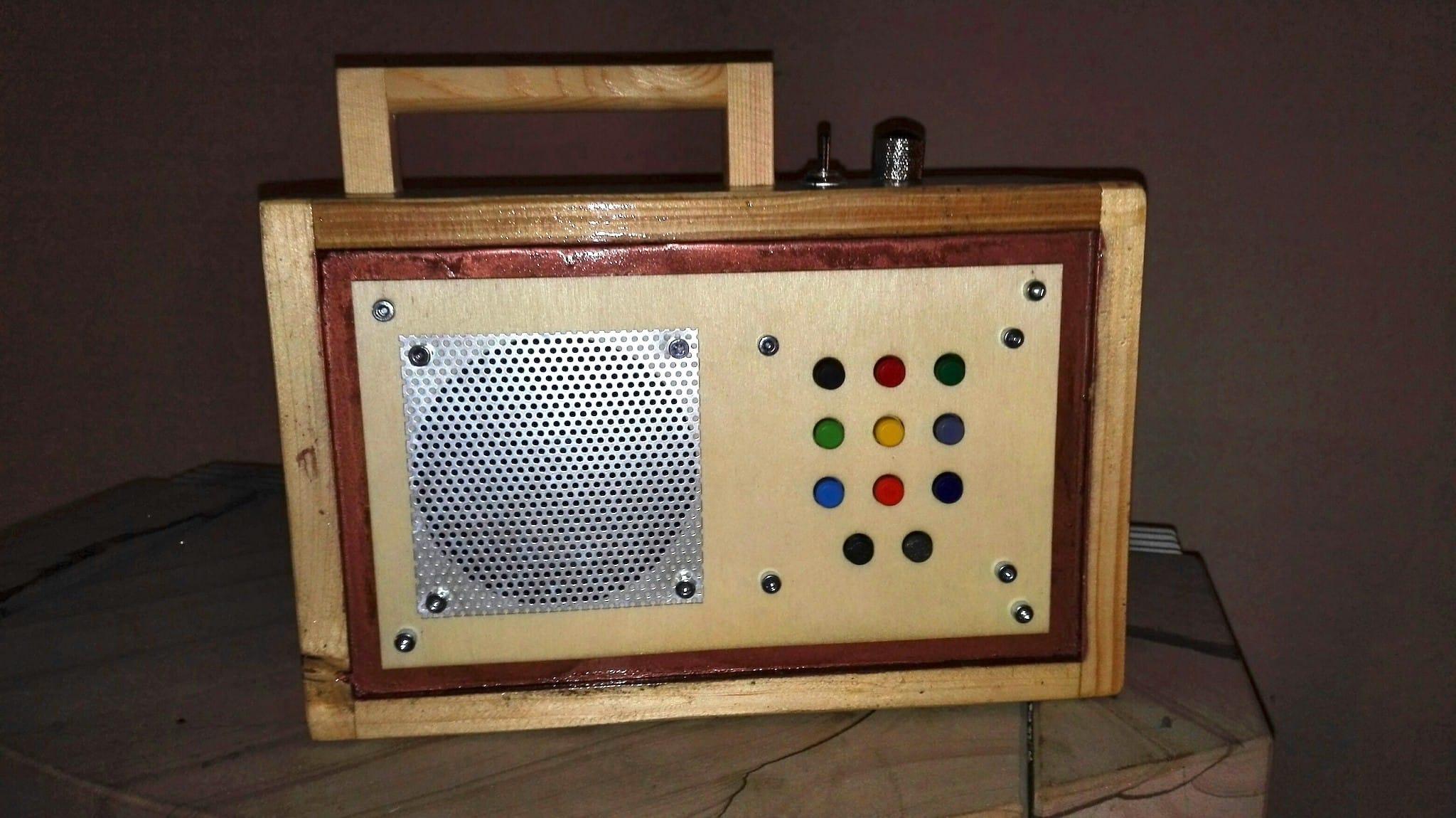 Handarbeit mit Holz, Plastik und Metall an einem Musik Player