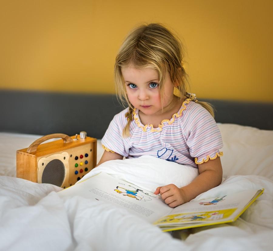 La fille écoute le hörbert avec impatience