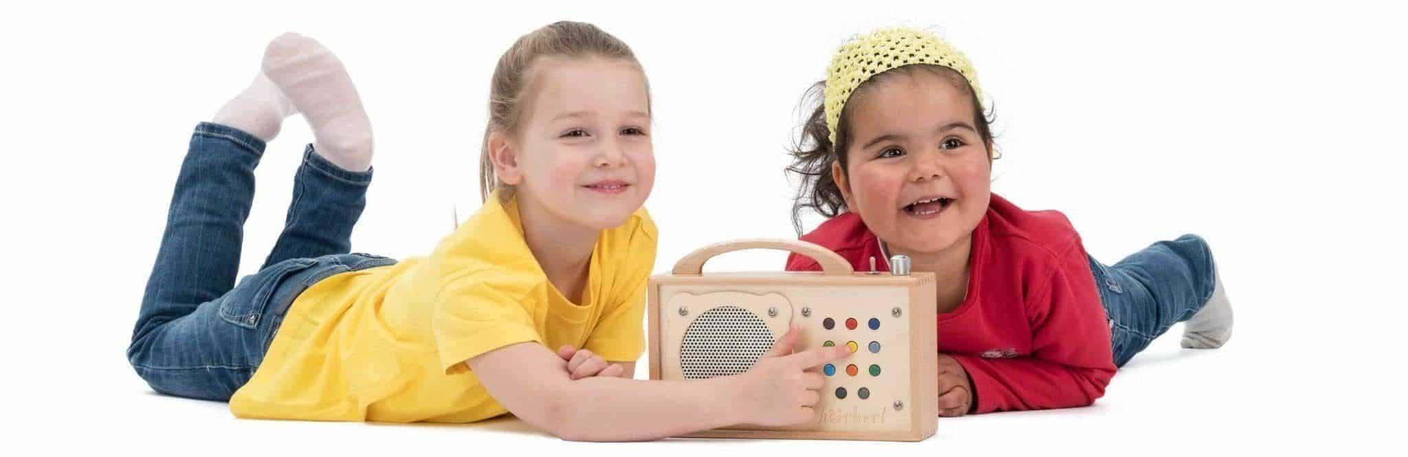 Zwei Mädchen haben Spaß mit hörbert