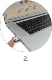 Speicherkarte wird in ein Macbook geschoben