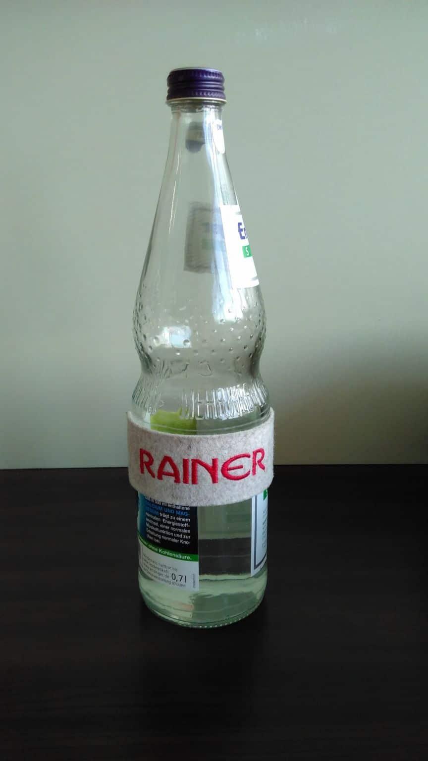 Namensschild an Wasserflasche: Rainer