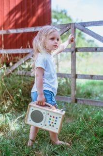 Mädchen aus dem Familienleben in der Natur mit hörbert