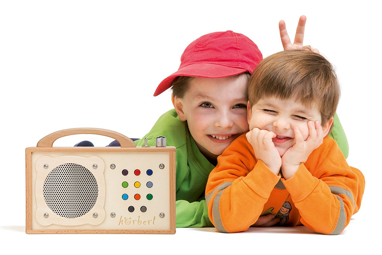 Zwei Jungs freuen sich über ihren hörbert